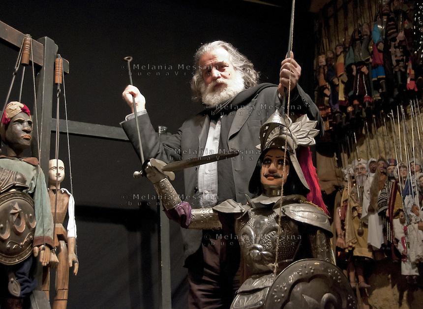 Mimmo Cuticchio in his workshop in Palermo with one of his puppet Mimmo Cuticchio nel suo laboratorio a Palermo