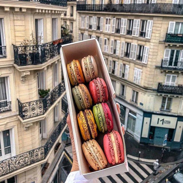 """@themagger da yayınlanan Paris Le Marais lezzetleri yazımı okumak için tık tık 🥖🌞 #Repost @themagger with @get_repost ・・・ Le Marais, Paris'in kendine has lezzet bombası dükkanlarla dolu bölgesi. Le Marais'nin çok bilmediğiniz bir yüzünü yakından görmek için Paris'in en ünlü yiyecek turu olan """"Taste of Paris"""" ile Le Marais turuna katılabiliyorsunuz. Tur boyunca, lokal ve organik şaraplar bulabileceğiniz, peynir tadımı yapabileceğiniz dükkanlardan, klasik ama leziz hamur işlerine doyacağınız nokta atışı duraklar var. 🥖🥐🍫 🍰🧀🍷 Gelin bu duraklardan tatlı krizine birebir olanlarına biraz yakından bakalım.➡ 🍰Burası, """"Pastaların Picasso""""su ünvanına sahip Pierre Hermé'nin bölgede yeni açtığı dükkanı. Neden Picasso? Çünkü Pierre Hermé kimsenin hayal edip yakıştıramayacağı tatları bir araya getirip, gelenekselin tamamen dışına çıkıp buna rağmen ortaya şaheser denilebilecek tatlar çıkarıyor.🍨 🍰Kendi markasını yaratmadan önce, yıllarca dünyanın en meşhur makaron zinciri """"Laduree"""" de 11 yıl şeflik yapan Pierre Hermé, """"Zeytinyağlı ve Vanilyalı makaron"""" üretip bunu herkese kabul ettirebilen bir yetenek. Ama belki de en ünlü çeşidi, L'Ispahan isimli gül ve frambuazlı makaron.🌹 🍰Önünden geçtiğinizde kokuların beyninizi gevşettiği Boulangerie, turun başladığı yer. Burası her yıl düzenlenen """"Paris'in En İyi Bageti"""" yarışmasında defalarca ilk 10'a girmeyi başaran bir yer.🏆🥖 🍰Meşhur tereyağlı kruvasanı, baget ekmeği, vannetis denilen beyaz çikolatalı ekmeği, chouquettes denilen şekerle kaplı kremalı pufları mutlaka deneyin.🥐🍩 🍰Turdaki 3. tatlı durağı ise bölgenin en kalabalık dükkanlarından Jacques Genin Çikolata Dükkanı. Kapısında kuyruklar olan mekan daha çok bir kuyumcuya ya da Paris'in meşhur concept storelarına benziyor.🍫 🍰Kahveli, naneli ve kakuleli bitter çikolataları mutlaka tadılmalı. Jelibona benzer Pates de Fruit denilen meyve bombaları da dükkanın ünlü lezzetlerinden. Bu ürünlerin %80'i özel seçilen meyvelerden yapılıyor.🍓🍒 ••• Turun şarap-peynir duraklarına da ayrı bir payla"""