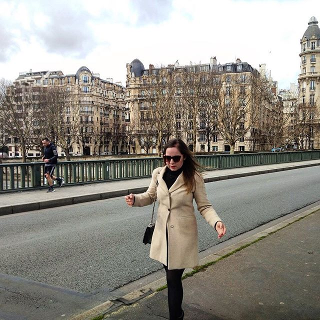 Run Lola Runnn 💃🏼 #pariscartepostale #parismaville #travelphotography #parisjetaime #pontdebirhakeim