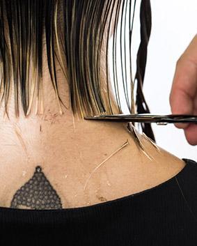 Etape 3   Astuce : selon l'épaisseur des cheveux de votre cliente, vous devrez diviser cette section afin de pouvoir visualiser votre mèche témoin et ainsi obtenir un résultat parfait. Procédez de la même manière pour le second latéral. Délimitez la longueur extérieure.