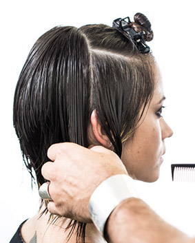 Etape 7   Vous procéderez de la même manière pour le second latéral. Prenez une mèche témoin de 2 cm d'épaisseur à l'arrière de l'oreille.
