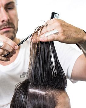 Etape 8   Vous procéderez de la même manière pour le second latéral. Votre coupe est terminée. Procédez au séchage à l'aide d'une brosse ronde.
