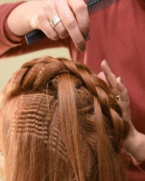 Tutoriel coiffage – Etape 3   Gaufrer le pourtour de la tresse, de chaque côté et incorporer ces mèches gaufrées dans la tresse, de chaque côté, pour apporter du volume.