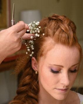 Tutoriel coiffage – Etape 6   Accessoiriser de fleurs fraîches en fonction des souhaits de la mariée tout en vous inspirant de sa tenue.