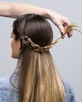 Etape 1   Réaliser deux tresses avec les cheveux situés au dessus des oreilles. Les croiser et le fixer à l'aide d'épingles chignons.