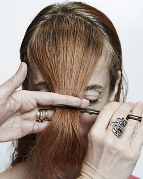 Etape 5   La frange est travaillée en deux étapes ; une ovalisation du visage pour que le dégradé suive et fasse la jonction avec les côtés en effilé glissé