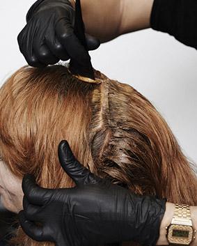 Etape 7   On opte pour un Koleston Perfect cuivré doux intense sur les repousses pour masquer les cheveux grisonnants. (WELLA).