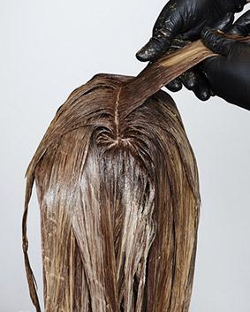 Etape 11   Pour garder des mèches plus claires, on applique un naturel cuivré sur un blond très clair avec la nouvelle pâte Wella Color ID qui remplace les papiers ou bandes d'aluminium pour éliminer toute trace de démarcation.