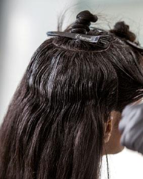 Etape 2   Enrouler les cheveux de la section en les attachant sur le sommet de la tête.