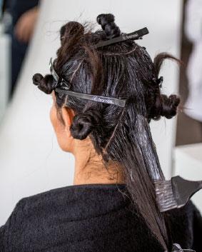 Etape 3   Diviser les cheveux restant en 5 sections de 5 cm de large, en partant de la zone frontale. Réaliser ensuite des sections tout autour, en prenant soin de garder la même distance entre les différentes séparations.