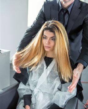 Etape 5  Rincer la couleur et traiter les cheveux avec la gamme Framesi Color Method, idéale pour une meilleure qualité de cheveu et une couleur longue durée. Rincer les cheveux.