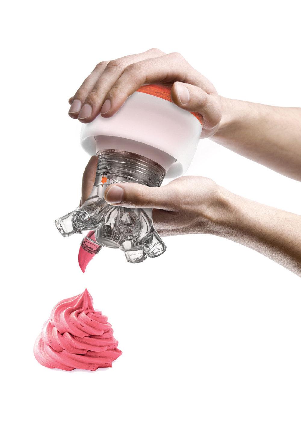 Se vide complètement - La précision du geste en plus... Que vous prépariez des macarons, verrines, choux à la crème et tout autre plat nécessitant l'ajout de crème ou de mousse le PASTRYPOD vous assure un geste précis et vous permet de changer de douille en un tour de main.• Sa tête en acrylique et sa base plastique vous offrent une parfaite prise en main, ce qui vous aide à vider la poche complètement.