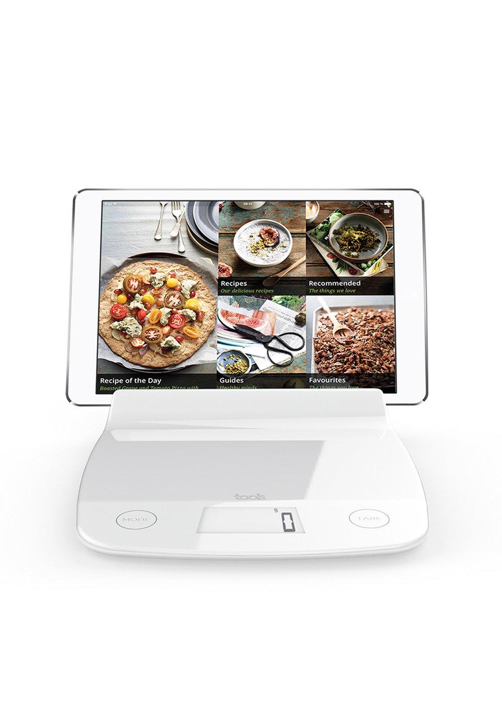 Balance IPAD - Pesée maximale 5 Kg - Précision 1 g - Aquatronique - Tare - Niveau de batterie - Piles inclusesTrès pratique pour ceux qui cuisinent avec la recette sous les yeux (ou qui regarde leur tablette en cuisinant). Cette balance tablette vous permet de maintenir votre tablette en toute sécurité ( insert antiglisse)• Compatible Ipad / tablettes• Balance plate• Touches sensitives• Base antiglisse001021 BALANCE TABLETTE