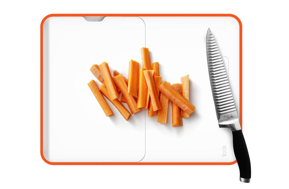 une large planche à découper - Facilitez-vous le geste et profitez de la face large de la planche pour émincer. Sur le côté une bande magnétique vous permet de sécuriser votre couteau au cas où le téléphone sonnerait !• Large plateau de découpe (30x45 CM).
