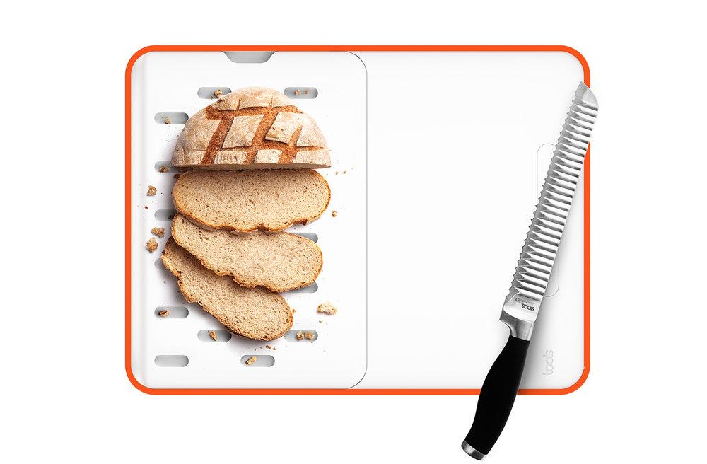 une PLANCHE À PAIN - Retourner l'insert et votre planche se transforme en une planche à pain de 30x22 CM. En coupant votre pain les miettes viennent se loger dans les ouvertures. Il vous suffit ensuite de retirer la planche pour les jeter dans la poubelle.• Planche à pain amovible.