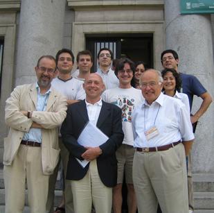 N. Hitchin, O. García Prada y M. Atiyah junto a los estudiantes de Óscar.