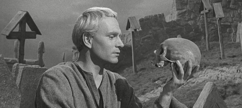 Laurence Olivier recita el monólogo Ser o no ser, en Hamlet de Shakespeare.