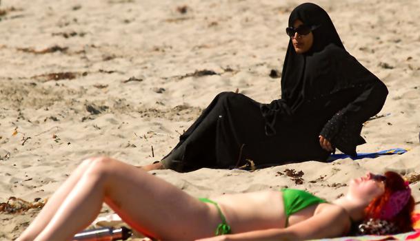 Musulmana en la playa