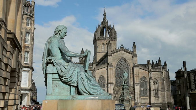 David Hume estatua y St. Giles Cathedral. Edinburgh. Scottland.