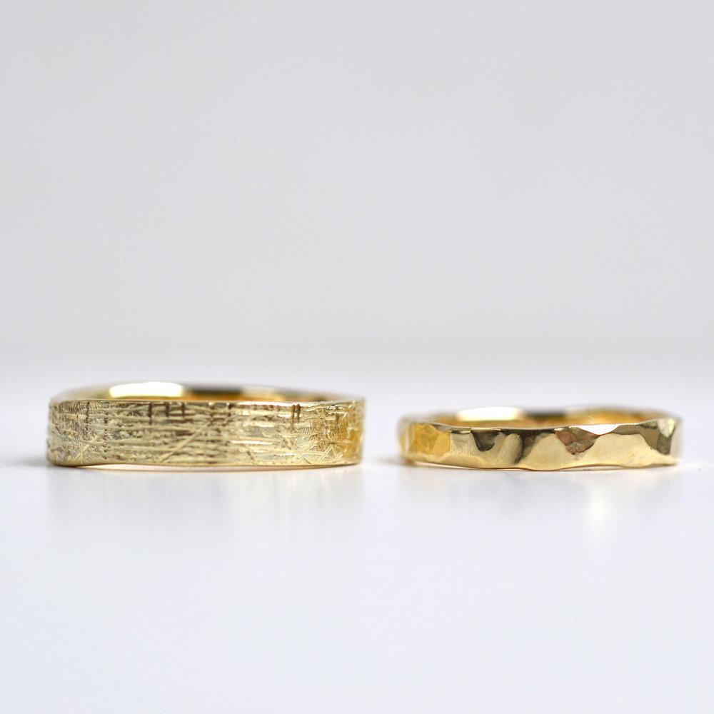 groffe textuur en gehamerde ring geel goud set 2.jpg