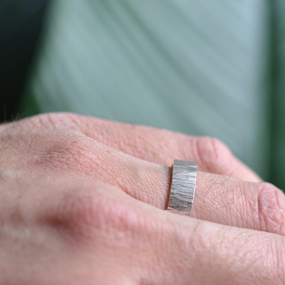 verticaal gehamerde ring aan hand 2.jpg