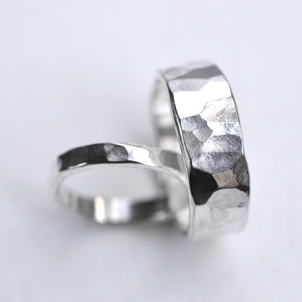 gehamerde ringen breed smal set 2.jpg