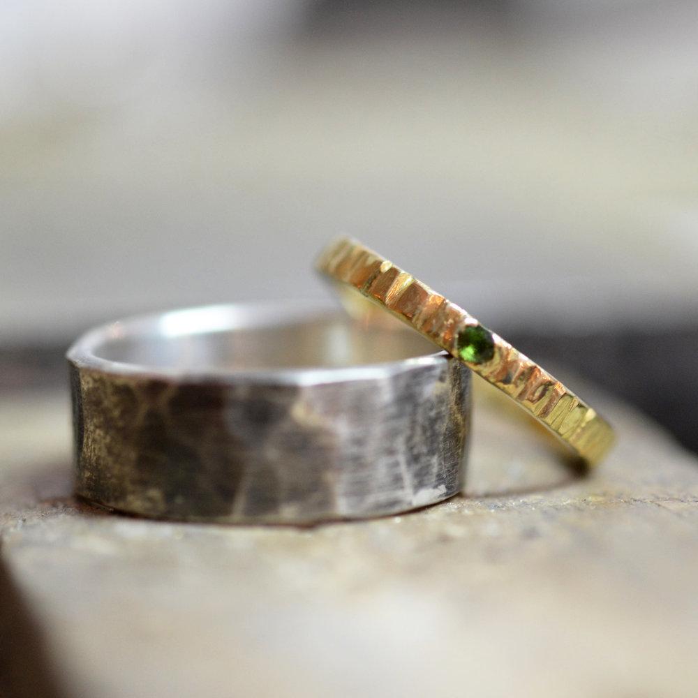 set gehamerde zwart zilveren ring en geel goud streepjes gehamerd met groen steentje 2.jpg