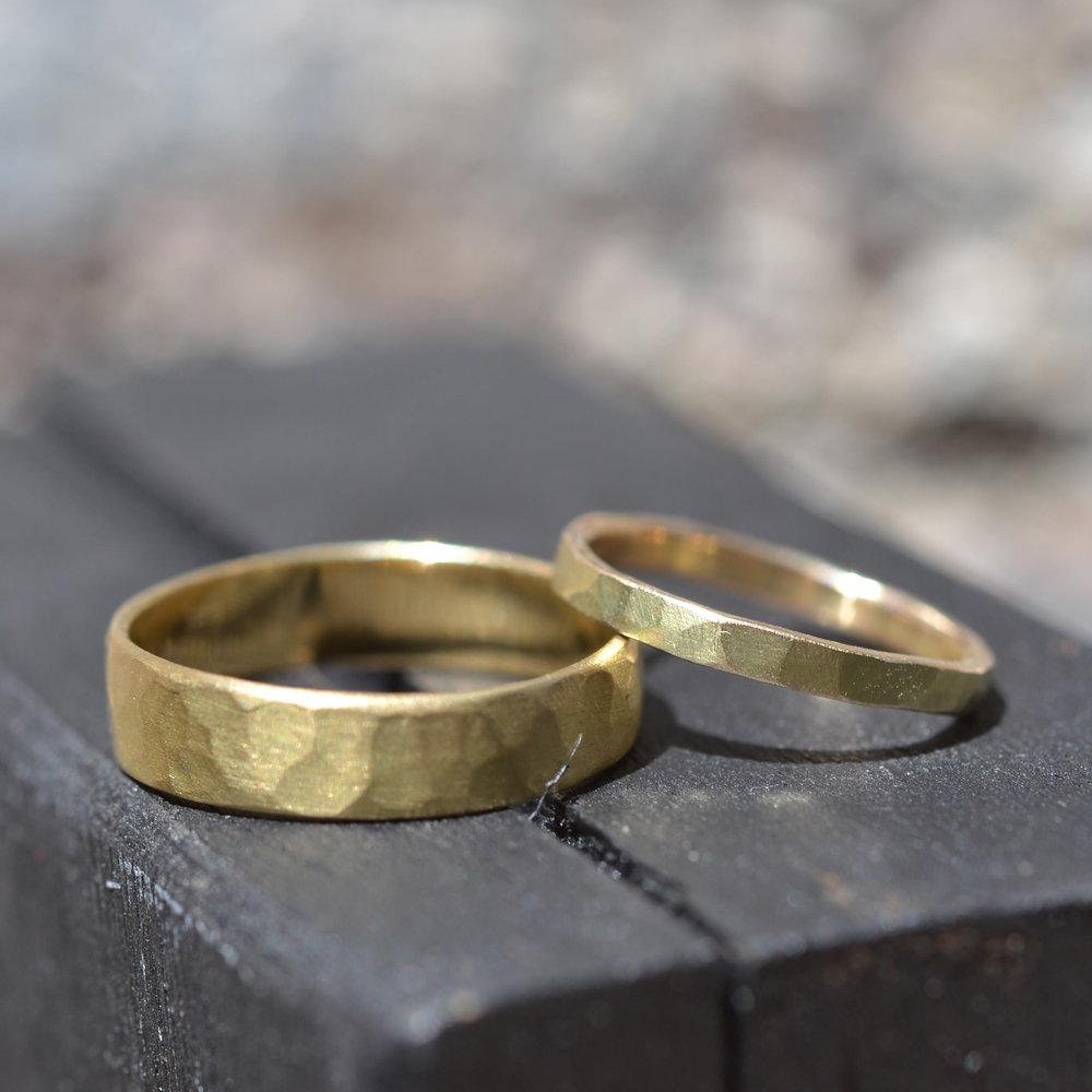 18kt geel goud ringen set medium en fijn gehamerd.jpg