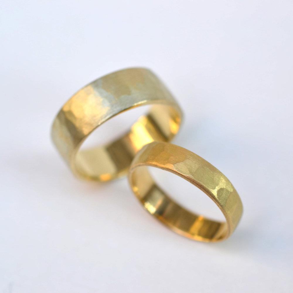 brede en medium 14 en 18kt geel goud gehamerde ringen.jpg