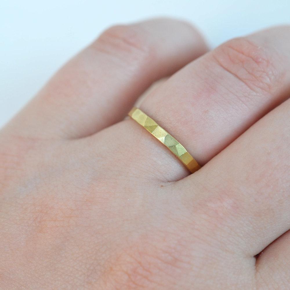 fijne gouden stack ring aan hand.jpg