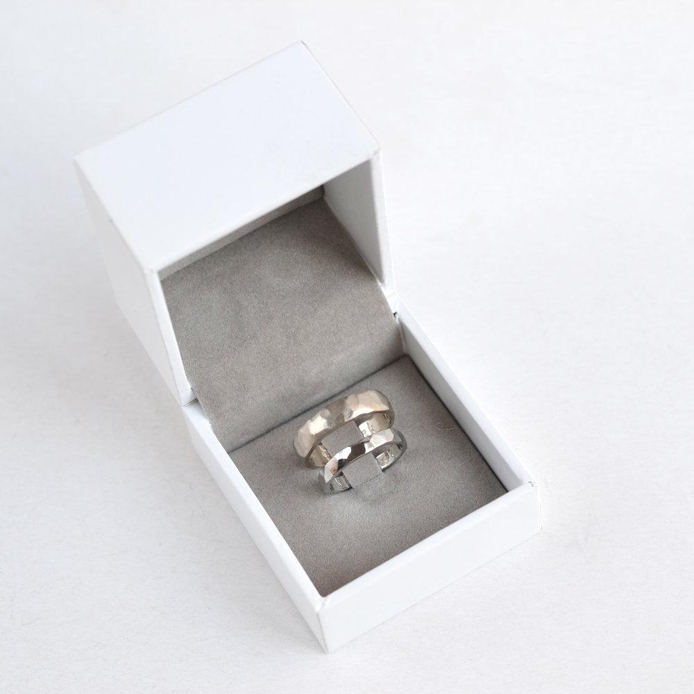 gehamerde trouwringen in wit doosje.jpg