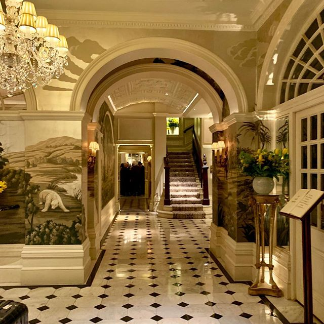 Love a great location 💕🇬🇧 one of my favourite hotels in London where the service is always impeccable ⭐️ @thegoring #thegoring .. a little known fact.. Kate Middleton stayed here the night before her wedding and the queen has been known to sit in the garden for tea. Definitely one of London's top class acts.. and they make a pretty good martini 🍸 😍