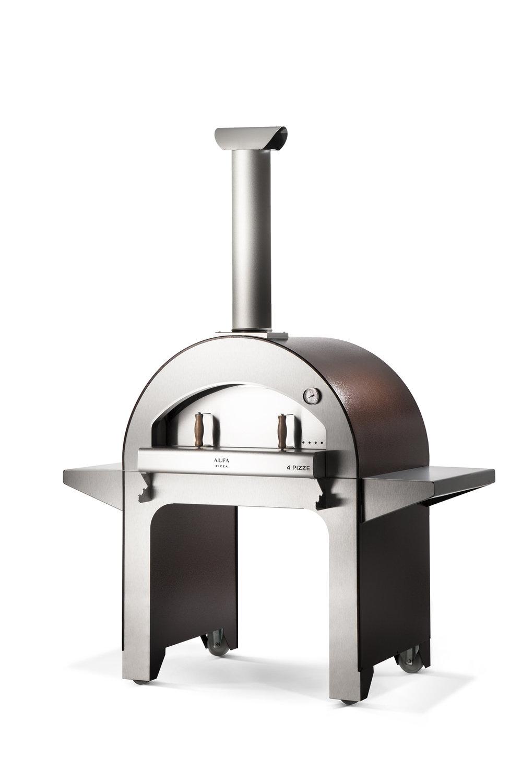 4 Pizze - Οι μεγάλες διαστάσεις και η είσοδος του φούρνου στόμιο είναι ιδανικές για να μαγειρέψετε ως και 4 πίτσες σε 90 δευτερόλεπτα. Ιδανικός φούρνος κήπου με ξύλα που μπορεί να χρησιμοποιηθεί ακόμη και σε μπαλκόνια ή βεράντες. Διαθέτει το πυρίμαχο δάπεδο των επαγγελματικών φούρνων. Είναι εξοπλισμένος με εξαιρετικά χρήσιμα πλευρικά ράφια από ανοξείδωτο χάλυβα για τοποθέτηση δίσκων, πιάτων, συστατικών μαγειρικής όπως και των απαραίτητων αξεσουάρ μαγειρικής.
