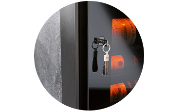 - Η πόρτα τουείναι όλη μετζάμι καιμε ενσωματωμένη κλειδαριά.