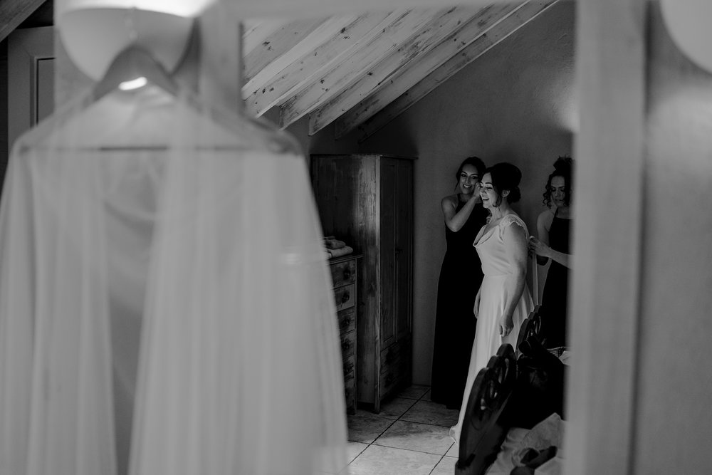 limepark-cottages-bride-getting-ready-wedding-day