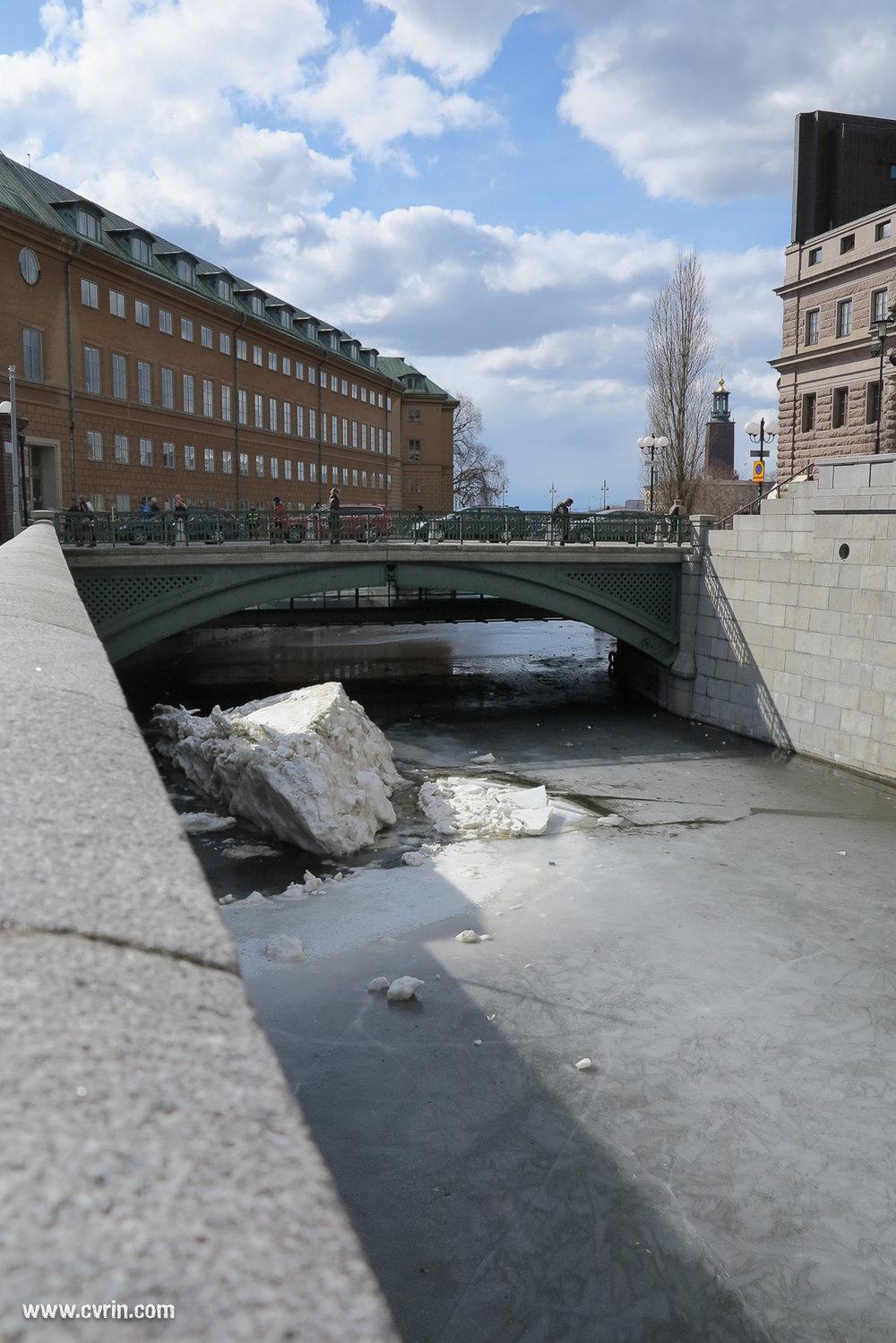 La technique des suédois pour déblayer la neige: remplir les canaux avec!