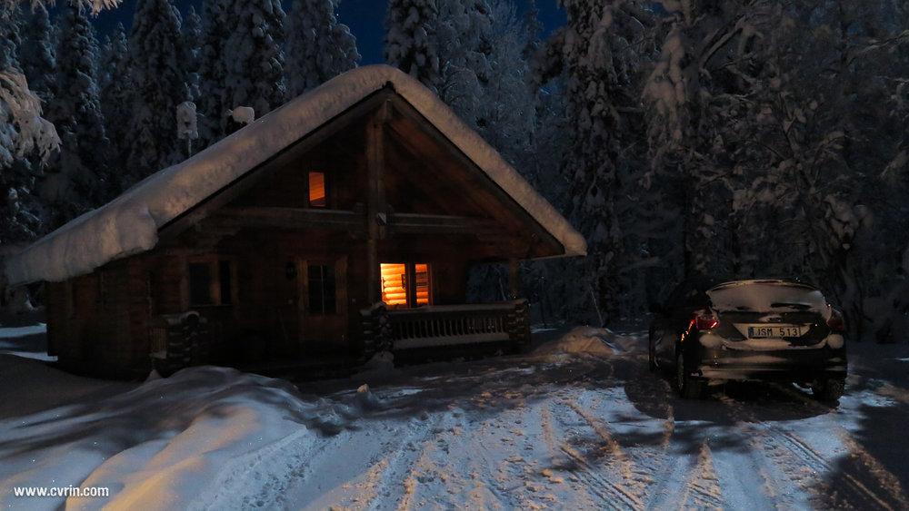 Notre lodge au Polarctis, bien isolée en forêt au bord d'un lac gelé.