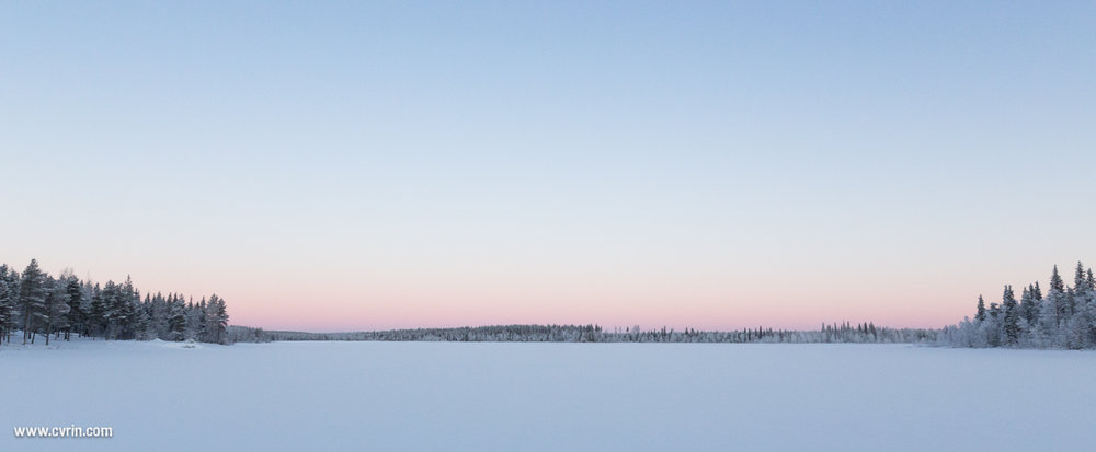Arctic Circle Adventure se situe sur une petite île reliée par une route cachée sous la neige!