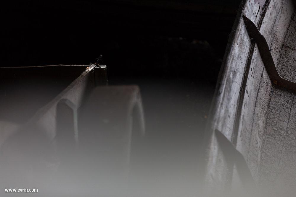 Dans une grange abandonnée au bord du lac…  Sigma ART 70mm Macro • Canon 6D