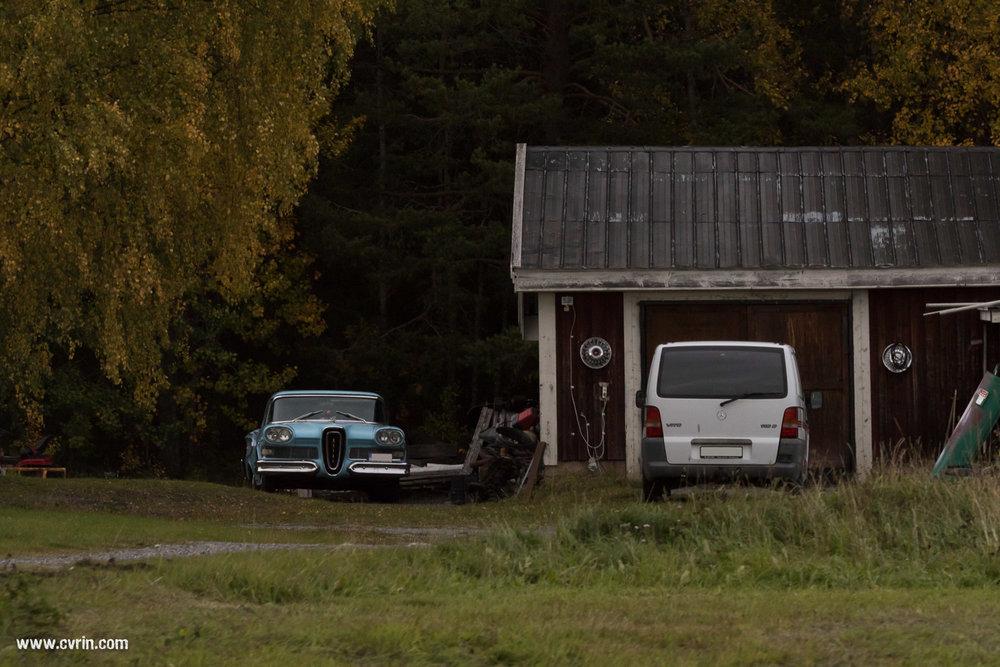 On voit de magnifiques carrosseries devant certaines maisons! Il faut savoir qu'on croise beaucoup plus de vieilles américaines retapées dans le Nord de l'Europe qu'aux USA, ils en sont dingues… Pour celle-ci on penche pour une ancienne marque française, pas beaucoup de détails sur la calandre!  Sigma 100-400mm • Canon 7DMKII