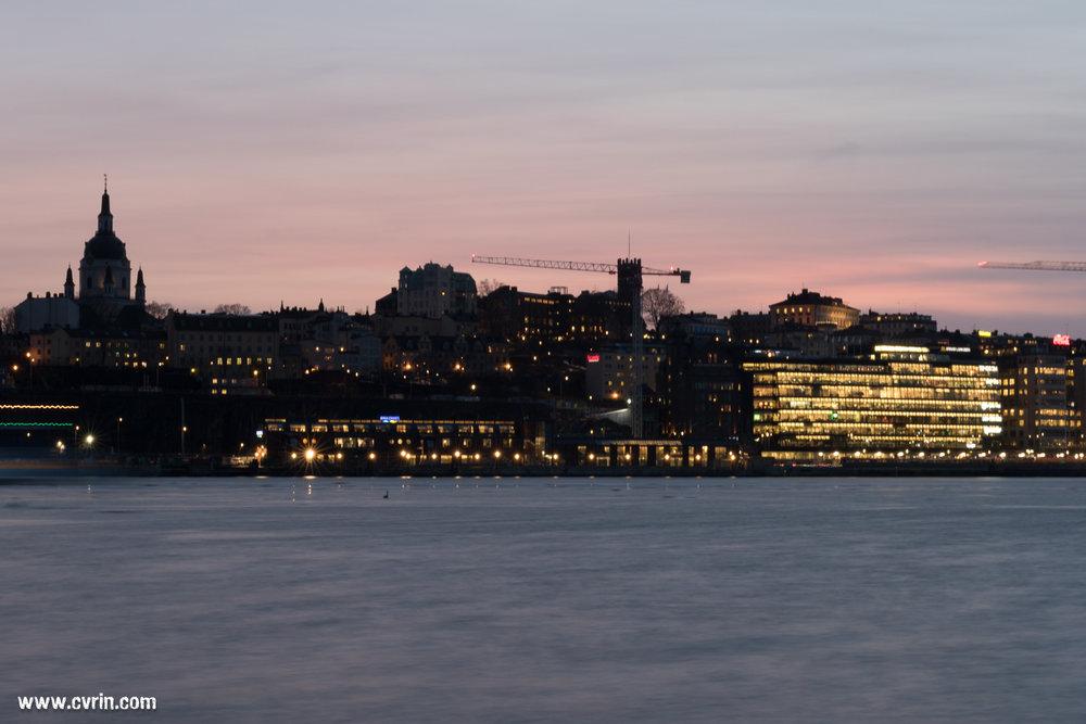 Une photographie prise en «longue pause», histoire de ne pas avoir pris le trépied pour rien en cabine! Vue depuis l'île Kastellholmen, juste quand le soleil s'est couché et que le ferry soit passé.