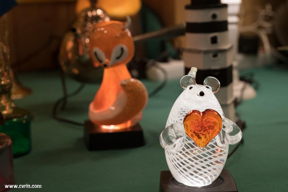 Une souris illuminée offrant son amour en vitrine, avec un joli renard en retrait.