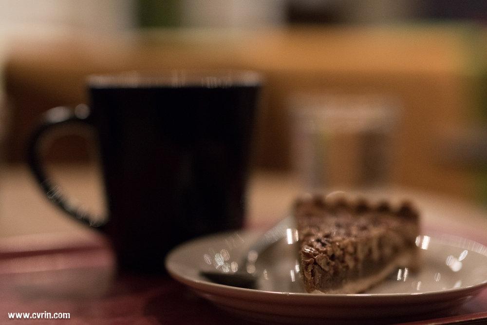 Café pour Monsieur et chocolat chaud pour Madame, le tout agrémenté de gâteaux, le combo parfait du fika au milieu de la journée!