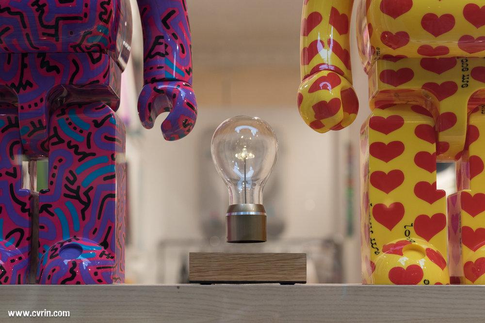 Avez-vous déjà vu… Une ampoule léviter? Maintenant, oui!