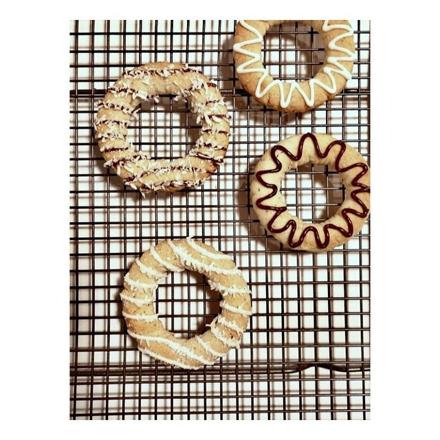 Zig-zags or stripes?  Chocolate or coconut? You choose! . . . . . #glutenfree #minicakes #baking #scandinavianbaking #almondcake #kransekake