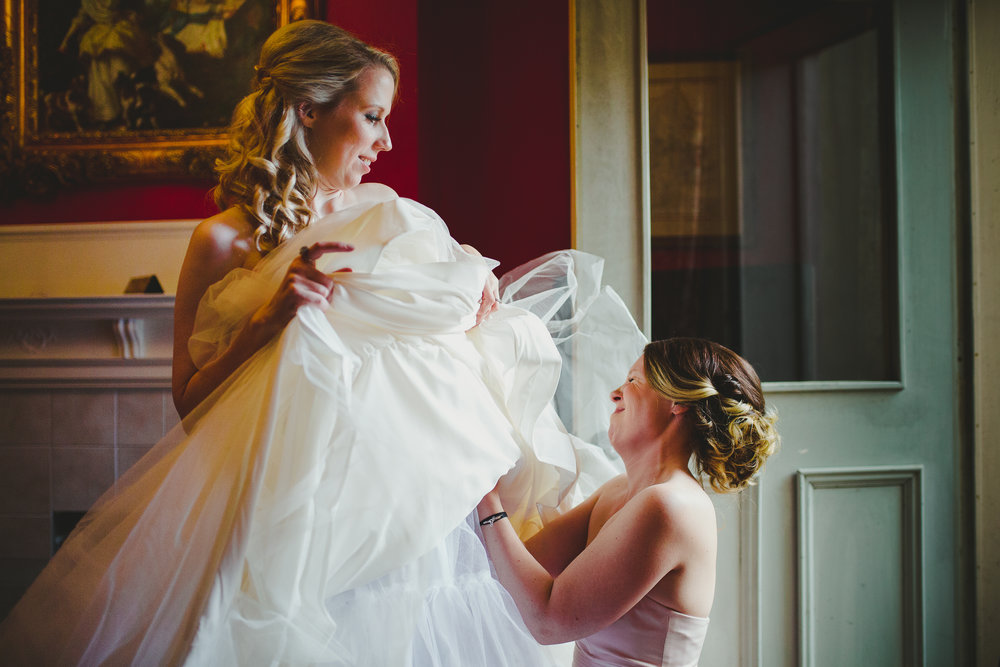 ©Obscura-bride-getting-ready-with-bridesmaid-9743-1.jpg