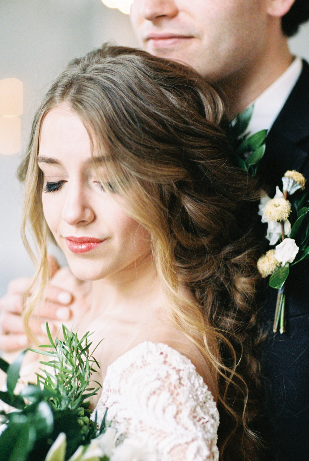 Boho bride's natural wedding makeup at modern wedding venue for this Chicago wedding styled shoot. Find more wedding inspiration at chitheewed.com!