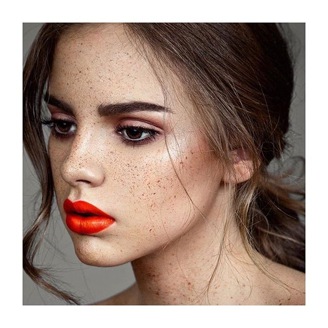 Red lipf beautiful freckles the prefect combination.