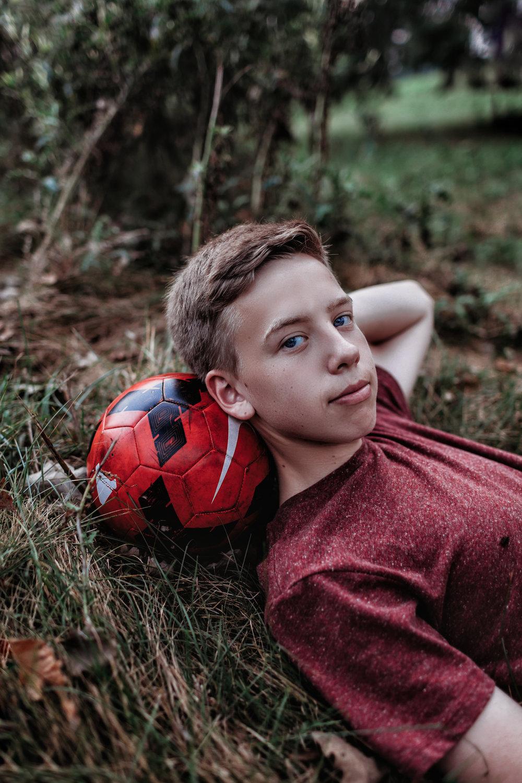 senior-photography-austin-mn-minnesota-family-kids-seniors-photo-session-albert-lea-mn-rochester-mn-southern-minnesota-photographer-high-school-photography-graduation-pictures-outdoors-soccer