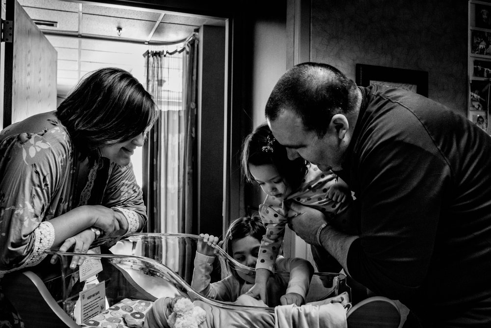 southern-minnesota-newborn-photographer-fresh-48-hospital-pictures-siblings-parents-family